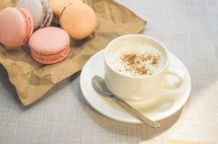 Tortowy macaroon na talerzu, cynamonie i piankowatej kawie, Zdjęcie Stock