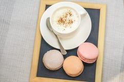 Tortowy macaroon na talerzu, cynamonie i piankowatym kawy zakończeniu up, Fotografia Stock