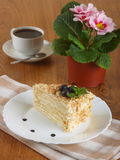 Tortowy napoleon i filiżanka kawy Obrazy Royalty Free