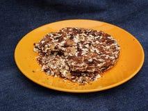 Tortowy orzech włoski na pomarańczowym talerzu Zdjęcie Stock