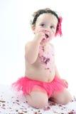 Tortowy roztrzaskanie krótkopęd: Upaćkana dziewczynka je urodzinowego tort! Zdjęcie Royalty Free