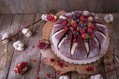 Tortowy wulkan Wazeliniarski ciastko z kakao, czuły śmietankowy souffle, wiśnia w karmelu obraz stock