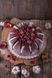 Tortowy wulkan Wazeliniarski ciastko z kakao, czuły śmietankowy souffle, wiśnia w karmelu fotografia stock
