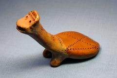 Tortue traditionnelle de sifflement de jouet d'argile Image stock