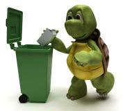 Tortuga con un bote de basura Fotografía de archivo