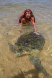 Tortuga y hombre de mar verde Fotos de archivo