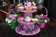 Torty i cukierki wśród kwiatów Zdjęcia Stock
