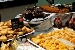 Torty i czekolady dla sprzedawać w gablocie wystawowej ciasto sklep fotografia royalty free
