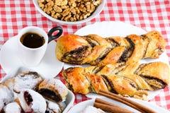 Torty i kawa dla pełnej przyjemności Fotografia Royalty Free
