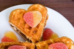 Torty w postaci serc są w białym talerzu na stole Obrazy Royalty Free