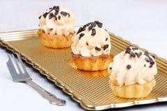 Torty z śmietanką na złotym półmisku Zdjęcie Royalty Free