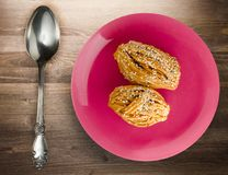 Torty z sezamowymi ziarnami na półkowym odgórnym widoku Obrazy Royalty Free