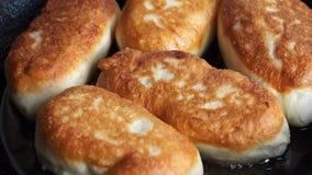 Torty zbliżenie z karambolami które smażą w niecce, zdjęcie wideo