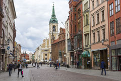 Torum, Polonia - 18 maggio: Via pedonale ammucchiata su una molla dentro Fotografie Stock