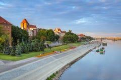 Torun gammal stad reflekterad i Vistula River Royaltyfria Foton