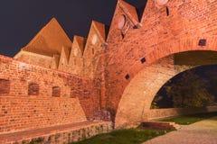 2017 10 20 Torun Poland, cavalieri teutonici fortificano le rovine illuminate alla notte, l'architettura storica di Torum alla no immagine stock