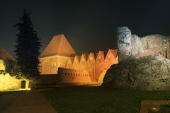 2017 10 20 Torun Poland, les chevaliers Teutonic se retranchent des ruines illuminées la nuit, architecture historique de Torun l photos libres de droits