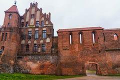 2017 10 20 Torun Poland, los caballeros teutónicos se escudan las ruinas iluminadas en la noche, arquitectura histórica de Torun Foto de archivo libre de regalías