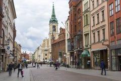 Torun, Pologne - 18 mai : Rue piétonnière serrée un ressort dedans Photos stock