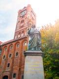 TORUN, POLONIA - 27 DE AGOSTO DE 2014: Estatua del matemático de Nicolaus Copernicus, del renacimiento y del astrónomo, en Torun Imágenes de archivo libres de regalías