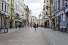 Torun, Polonia - 18 de mayo: Calle peatonal apretada en una primavera adentro Imágenes de archivo libres de regalías