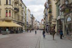 Torun, Polonia - 18 de mayo: Calle peatonal apretada en una primavera adentro Imagen de archivo