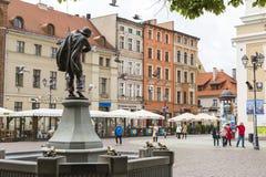 Torun, Polonia - 18 de mayo: Calle peatonal apretada en una primavera adentro Imagenes de archivo