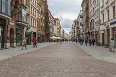 Torun, Polonia - 18 de mayo: Calle peatonal apretada en una primavera adentro Fotografía de archivo