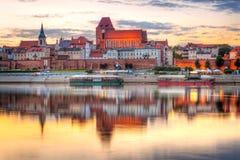 Torun reflekterade den gamla staden i Vistula River på solnedgången Royaltyfria Bilder