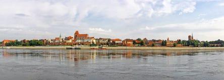 Torun reflekterade den gamla staden i Vistula River, Polen Royaltyfri Foto
