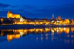 Torun reflekterade den gamla staden på natten i Vistula River Royaltyfri Fotografi