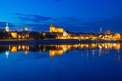 Torun reflekterade den gamla staden på natten i Vistula River Royaltyfri Foto