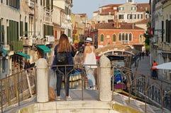 Torurists som tar fotoet och poserar i Venedig royaltyfria bilder