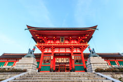 Torusportarna på Fushimi Inari förvarar i Kyoto Arkivbild