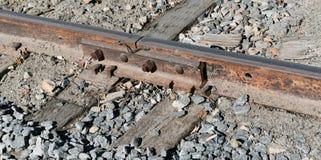 Tory szynowi i linia kolejowa krawaty na rockowym łóżku fotografia royalty free