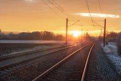 Tory szynowi przy wschód słońca w zimie Podróż kontekst krajobrazu przemysłowego fotografia royalty free