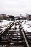 Tory szynowi w śniegu na staci kolejowej w Portlandzkim Oregon zdjęcie stock