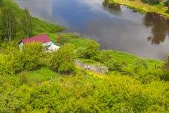 Torzhok Huis op de bank van de rivier Tvertsa royalty-vrije stock foto's