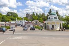 Torzhok Krestovozdvizhenskayakapel en Voetbrug over de Tvertsa-Rivier royalty-vrije stock foto