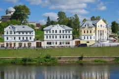 TORZHOK, RÚSSIA - 19 DE AGOSTO DE 2015 Terraplenagem do rio de Tvertsa imagens de stock royalty free