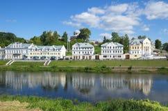 TORZHOK, RÚSSIA - 19 DE AGOSTO DE 2015 Terraplenagem do rio de Tvertsa Imagem de Stock