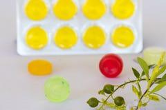 Tosa las píldoras coloridas de la pastilla de la garganta dolorida para la atención sanitaria foto de archivo