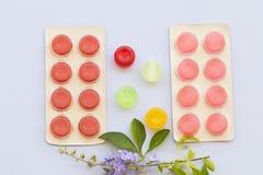 Tosa las píldoras coloridas de la pastilla de la garganta dolorida para la atención sanitaria fotografía de archivo libre de regalías