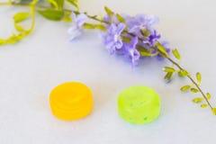 Tosa las píldoras coloridas de la pastilla de la garganta dolorida para la atención sanitaria fotos de archivo libres de regalías
