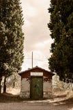 Toscânia - armazenamento derramado ao longo da estrada ao Archabbey de Monte Oliveto Maggiore imagens de stock royalty free