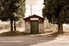 Toscânia - armazenamento derramado ao longo da estrada ao Archabbey de Monte Oliveto Maggiore imagem de stock royalty free