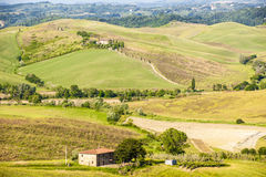 Toscânia - montes e casas da quinta imagens de stock royalty free