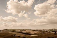 Toscânia - olhando ocidental sobre a Rolling Hills do ` Orcia de Val d perto de Asciano imagem de stock royalty free