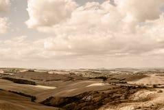 Toscânia - olhando ocidental sobre a Rolling Hills do ` Orcia de Val d perto de Asciano foto de stock royalty free