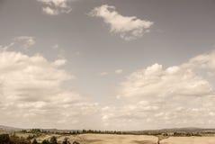 Toscânia - olhando ocidental sobre a Rolling Hills perto de Asciano fotos de stock